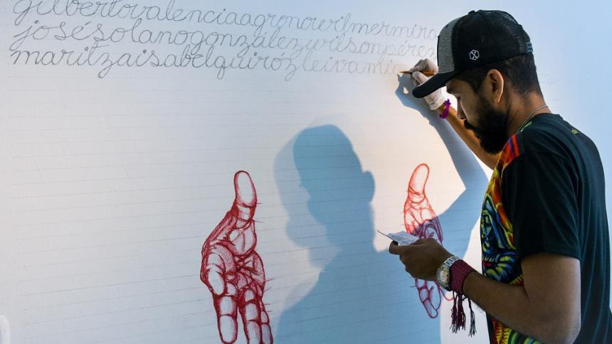 En 'Autor desconocido', Luis Romero escribe los nombres de los líderes sociales asesinados en Colombia.