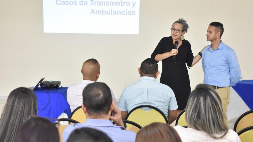 Ruby Rubio, subgerente de Comunicaciones y Atención al Cliente de Transmetro, explica la importancia de respetar el carril exclusivo del sistema de transporte masivo.