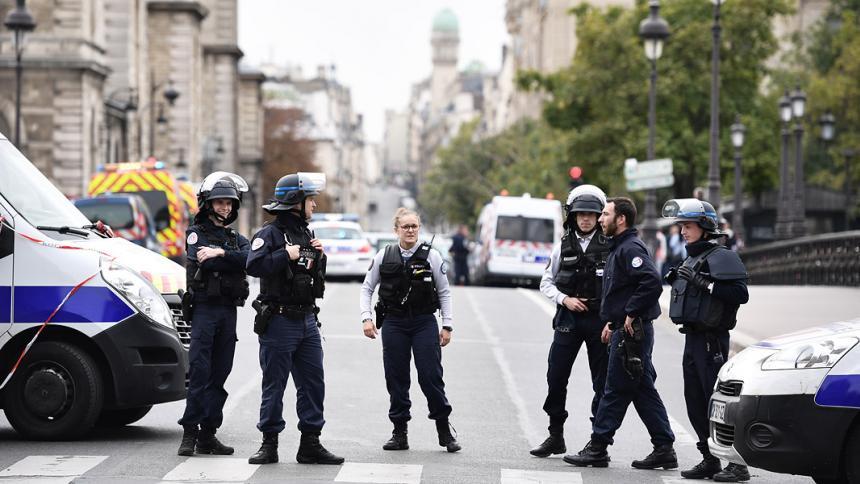 Policía de París patrullando.