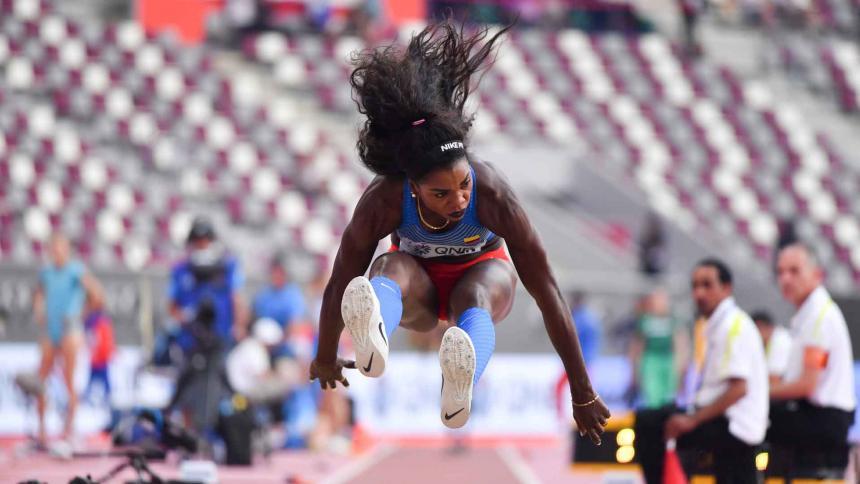 Caterine Ibargüen en acción en el Mundial de Doha.