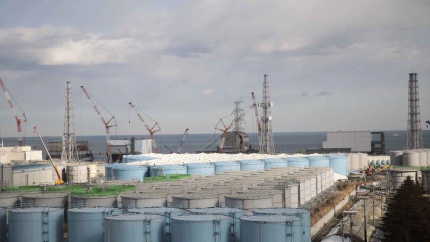 A la izquierda se observan los edificios de reactores de unidad 1a unidad 4 y tanques de almacenamiento de agua contaminada en la planta de energía nuclear.