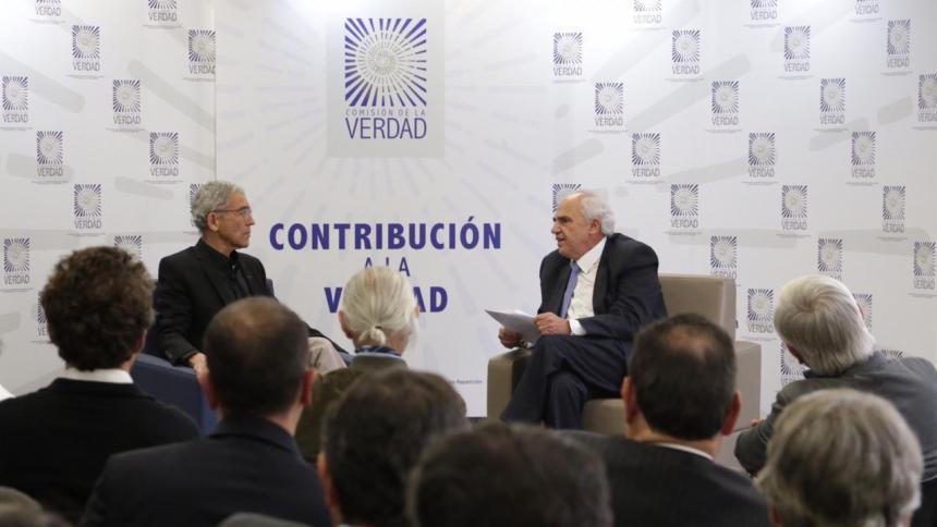 El padre Francisco de Roux habla con el presidente Ernesto Samper.