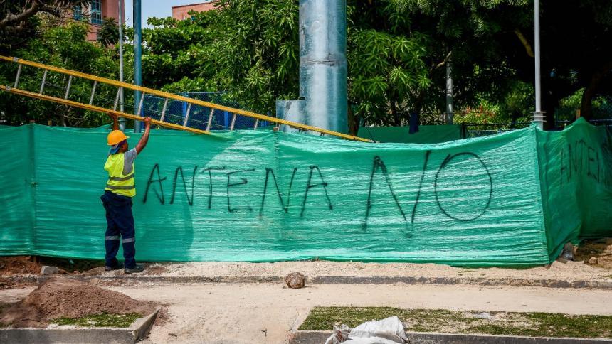 Los vecinos plasmaron un mensaje en contra de la instalación de la antena junto al parque Dos Villas.