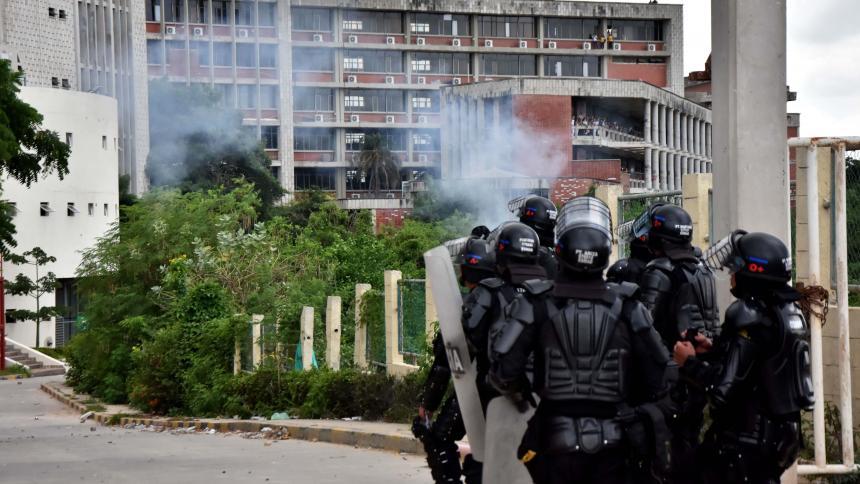 Uniformados del Esmad responden las agresiones de los estudiantes a las afueras de Uniatlántico.
