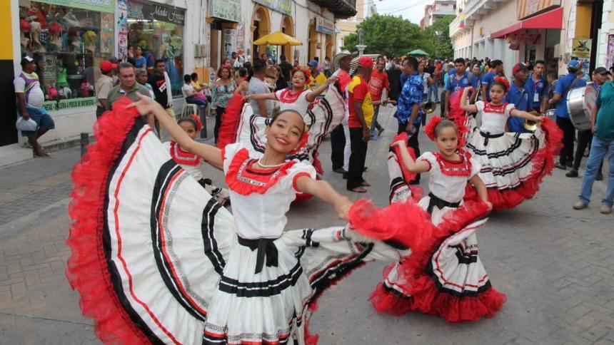 Grupos folclóricos bailan en la Gran Parada.
