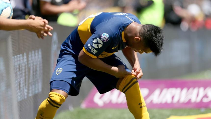 Fabra se besa su rodilla izquierda, tras anotar el primero de los dos tantos que marcó este domingo,en la victoria de Boca 5-1 sobre Arsenal.