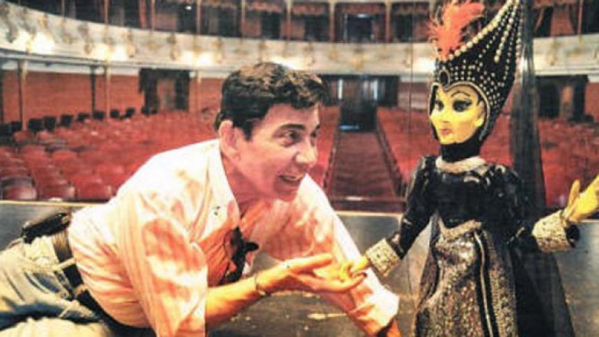El artista Jaime Manzur junto a la marioneta de 'Maléfica'.