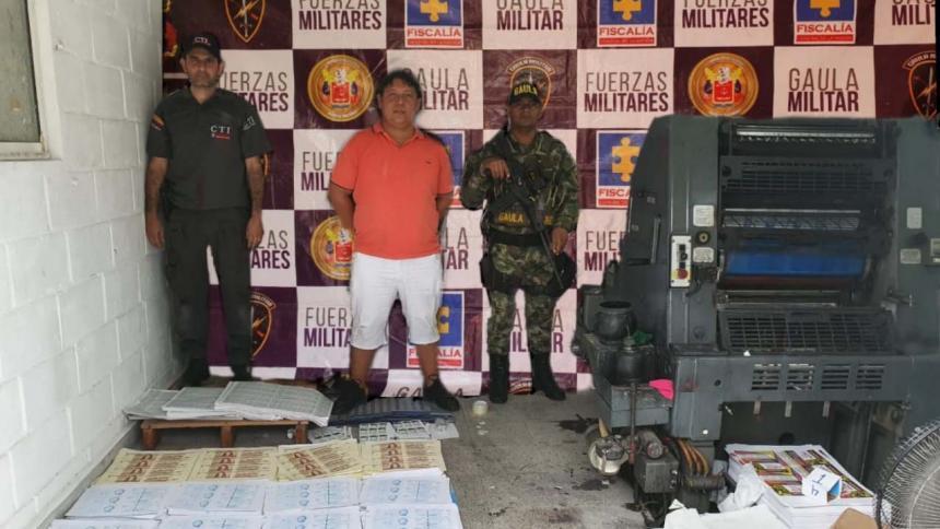 Julio Sierra Guzmán fue capturado durante el allanamiento en el barrio Bolívar. Allí  encontraron papel, sellos y una imprenta.