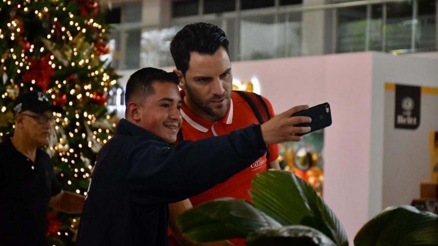 Un aficionado tomándose una selfie con el cancerbero Sebastián Viera.