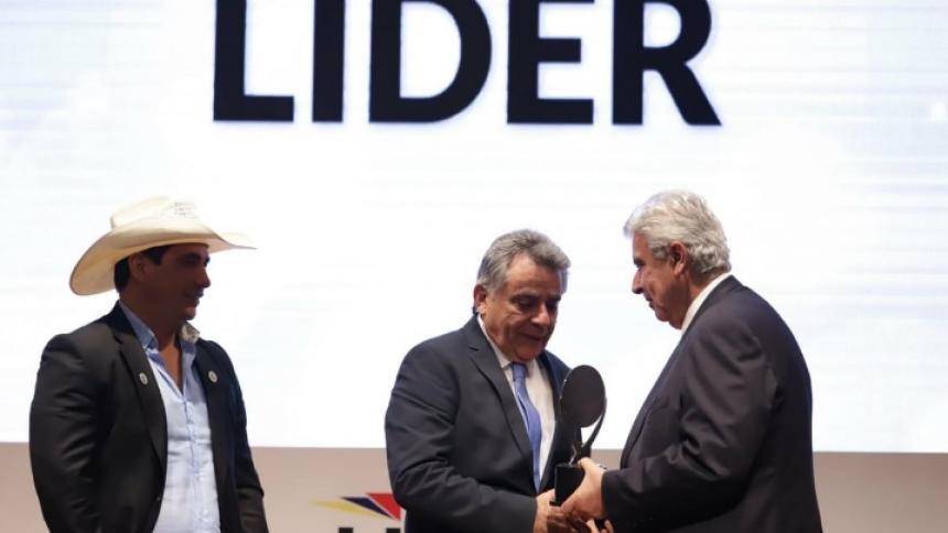 El gobernador Édgar Martínez Romero cuando recibía el galardón.