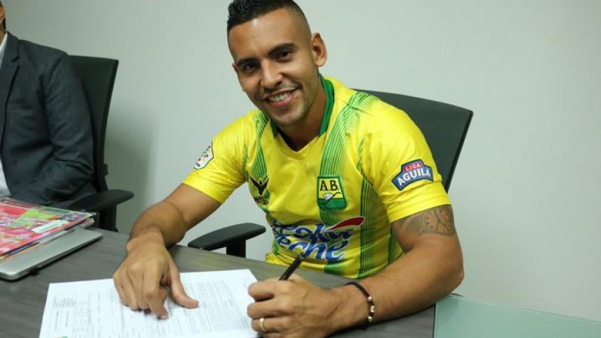 Germán Gutiérrez firmando su contrato como nuevo jugador del Atlético Bucaramanga.