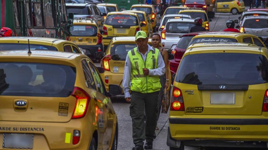 Polémica por tarifa de carrera mínima de taxis