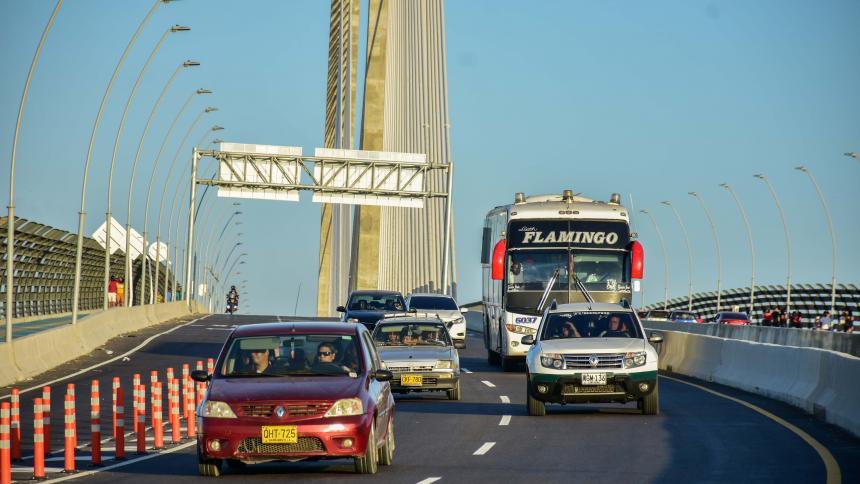 Vehículos particulares y buses de transporte ingresando a la ciudad por medio del Puente Pumarejo.