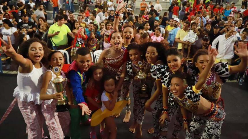 Grupos ganadores junto a los reyes infantiles.