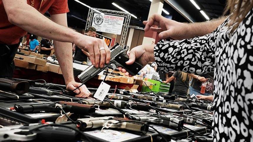 Avanza en Florida una ley que pide a los compradores de armas que avisen si son criminales