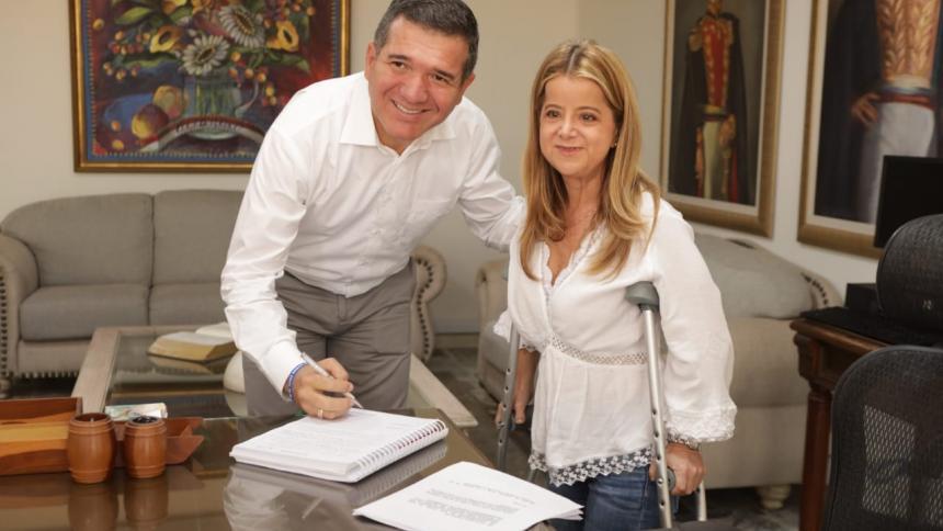 El registrador delegado Julio César Novoa y la gobernadora Elsa Noguera.