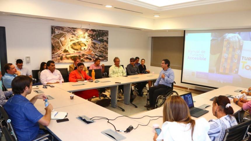 El consejero Jairo Clopatofsky dialoga con varios secretarios del Distrito de Barranquilla.