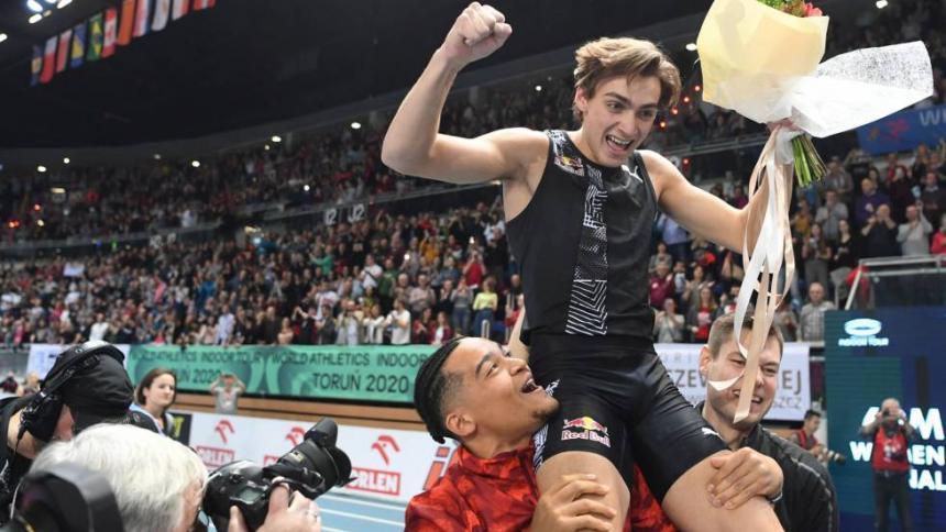 Armand Duplantis celebrando la consecución del récord mundial.