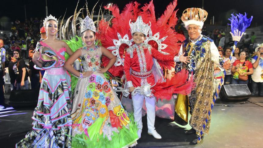 Los reyes del Carnaval de la 44 en el evento de coronación en el Malecón.
