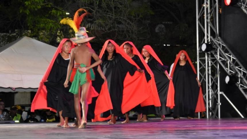Los niños del centro etnoeducativo bailan la yonna.