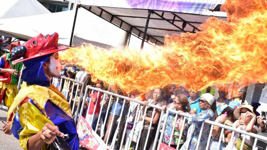 Las diferentes muestras que hacen los Diablos Arlequines escupiendo fuego no fallan en capturar la atención de todos los espectadores en los desfiles.