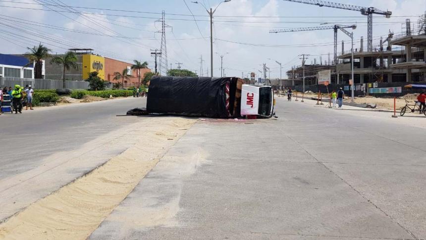 Tres heridos deja volcamiento de camión en la calle 30