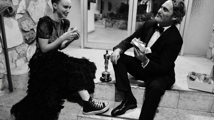 Rooney Mara y Joaquin Phoenix celebran el Oscar a Mejor Actor de Phoenix por su papel en