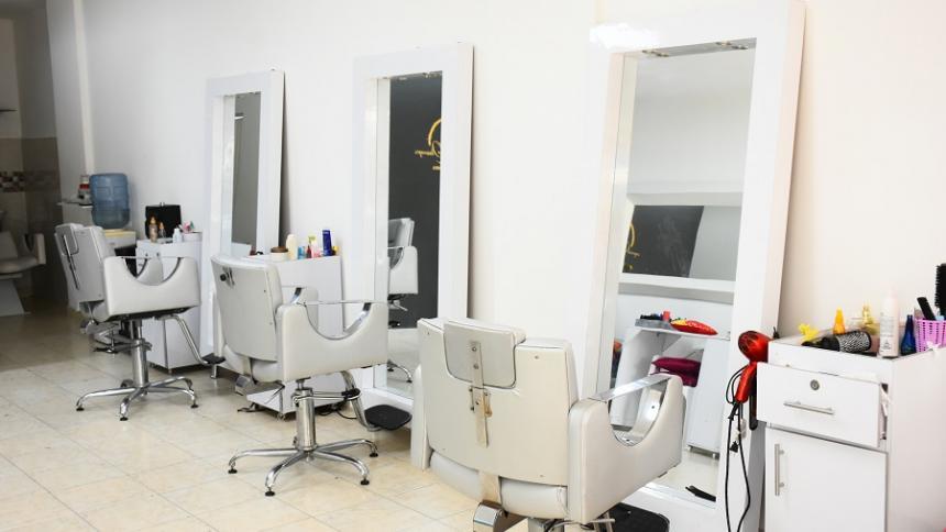 Así están las peluquerías en Colombia, cerradas.