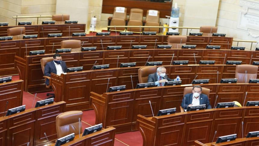 Algunos representantes en el Capitolio durante el debate semipresencial.