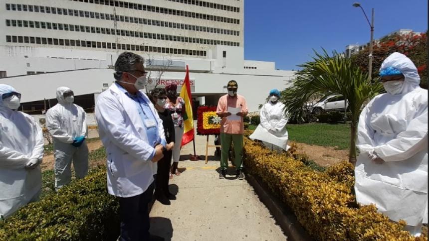 El alcalde William Dau durante el homenaje que le rindió al personal del HUC y a las víctimas del coronavirus en Cartagena.