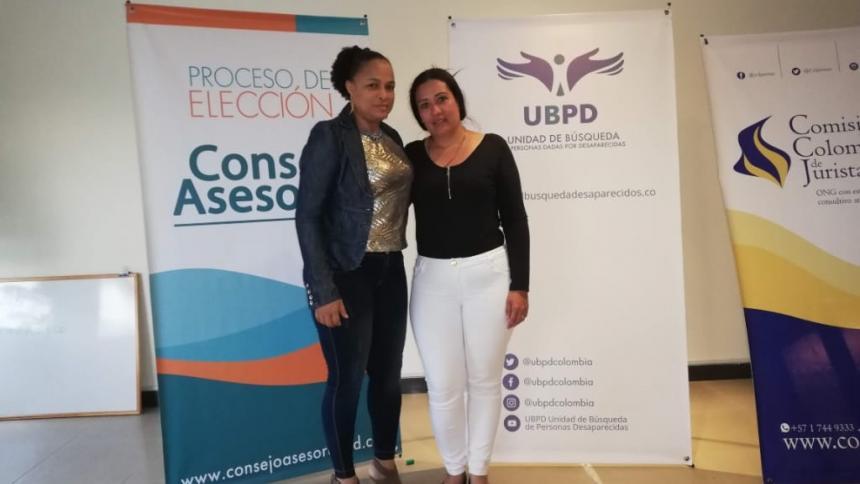 Katy Milena Fuentes (der.) durante la elección del consejo asesor que apoyará el trabajo de la Unidad de Búsqueda de Personas dadas por desaparecidas.