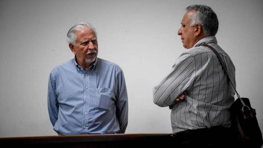 Ramón Navarro, ex gerente de Triple A, acompañado de uno de los abogados en el proceso.