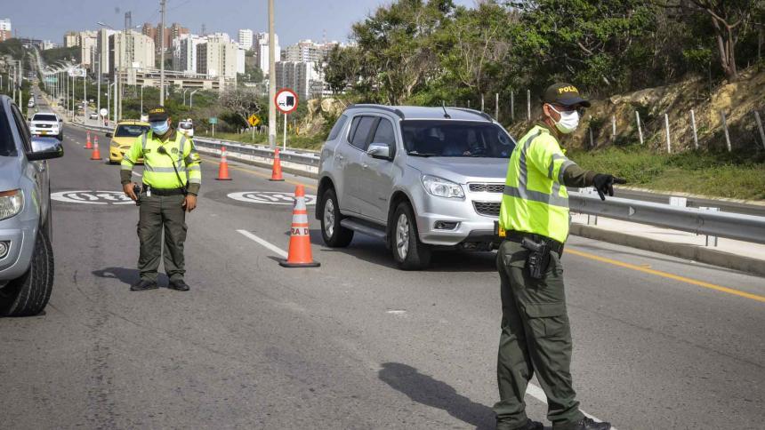 Varios policías de tránsito realizan un control vehicular en la vía a Cartagena.