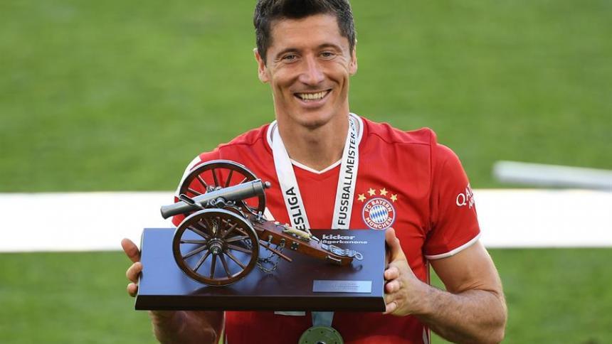 Robert Lewandowski posa con el trofeo de máximo goleador de la Bundesliga.