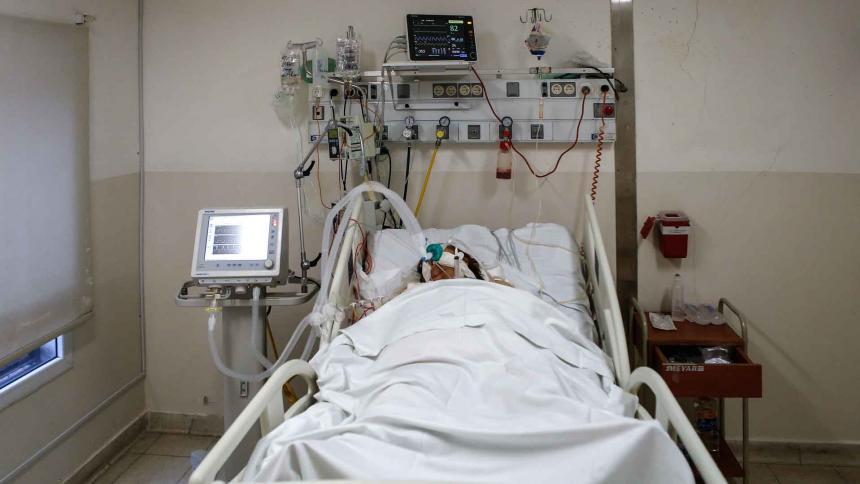 Un paciente de COVID-19 es atendido en una unidad de cuidados intensivos.