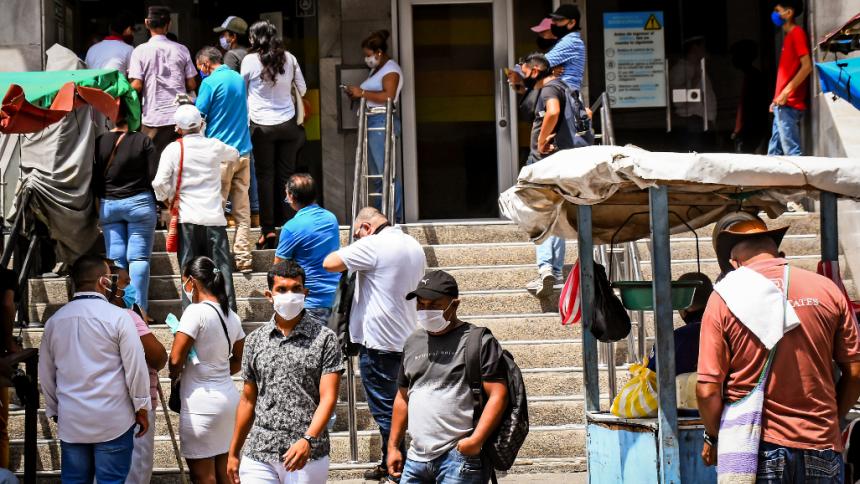 Transeúntes se movilizan en el centro de Barranquilla.
