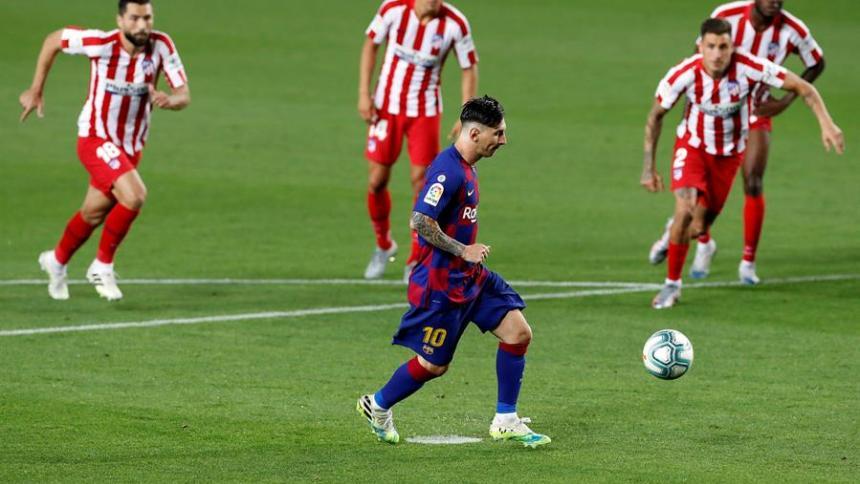 Messi anotó a lo 'Panenka' el penal que derivó en el gol 700 de su carrera.