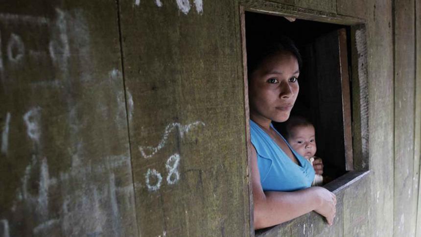 Una mujer indígena amazónica con su bebé en el distrito de Belén, en la ciudad de Iquitos (Perú).