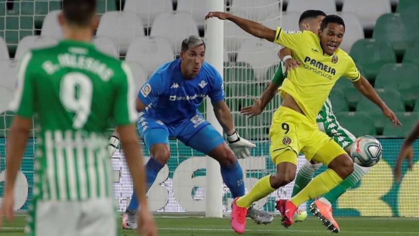 El defensa del Real Betis, Marc Bartra, comete penalti sobre el colombiano Carlos Bacca.