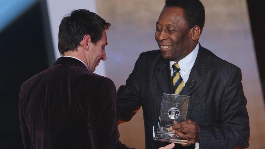 Pelé entregándole un premio individual a Messi hace algunos años. De las pocas fotos que tienen juntos.
