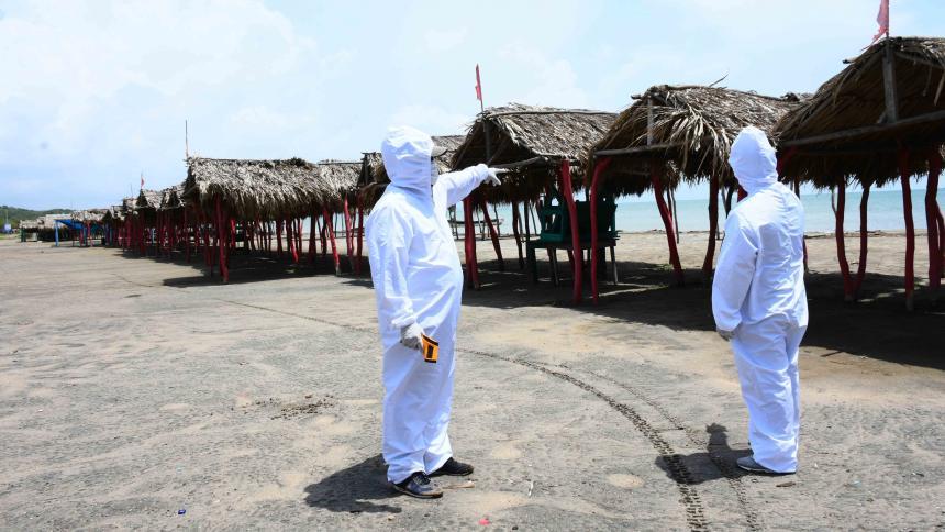 Moradores del balneario Caño Dulce realizan labores de bioseguridad.