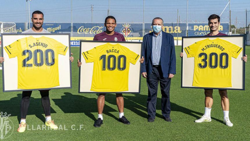 Asenjo, Bacca y Trigueros, junto al presidente del Villarreal, Fernando Roig.