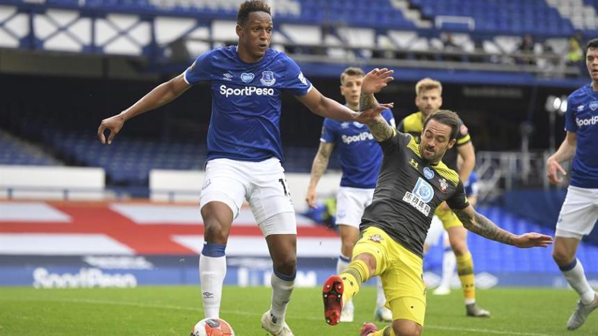 Yerry Mina en acción en el juego ante el Wolverhampton.