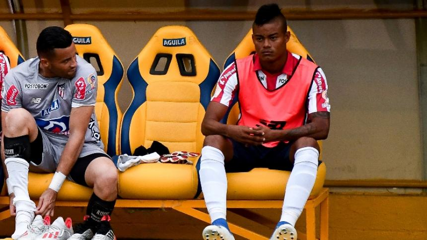 Luis Sandoval, delantero de Junior de 21 años de edad, junto al segundo arquero, José Luis Chunga.