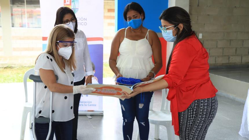 La gobernadora Elsa Noguera entrega el material pedagógico a una madre de familia.