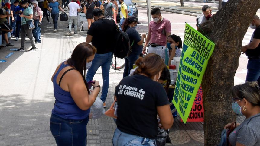 Varios trabajadores informales en el centro de Barranquilla.