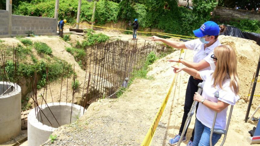 La gobernadora Elsa Noguera Noguera y la secretaria Nury Logreira inspeccionan las obras en Baranoa.