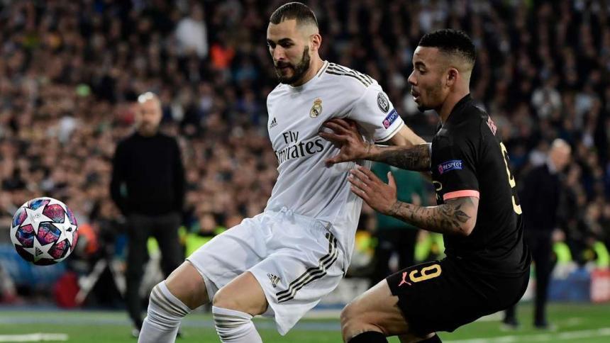 Benzema disputa un balón con Gabriel Jes´sus, en el partido de ida entre el Real Madrid y el Manchester City.
