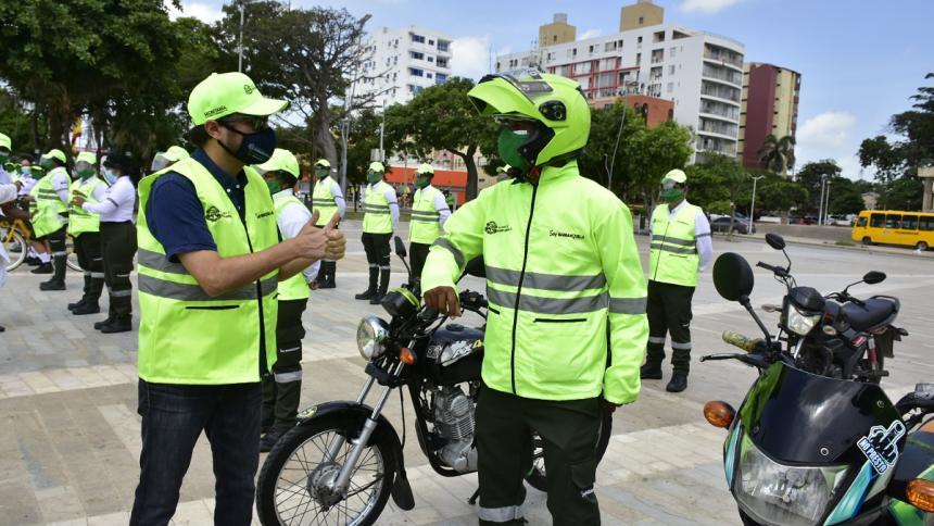 El alcalde Jaime Pumarejo saluda a los nuevos orientadores de movilidad.