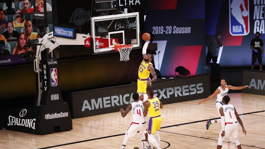 James acabó el partido con un doble-doble de 16 puntos, 11 rebotes, siete asistencias y tuvo cinco perdidas de balón.